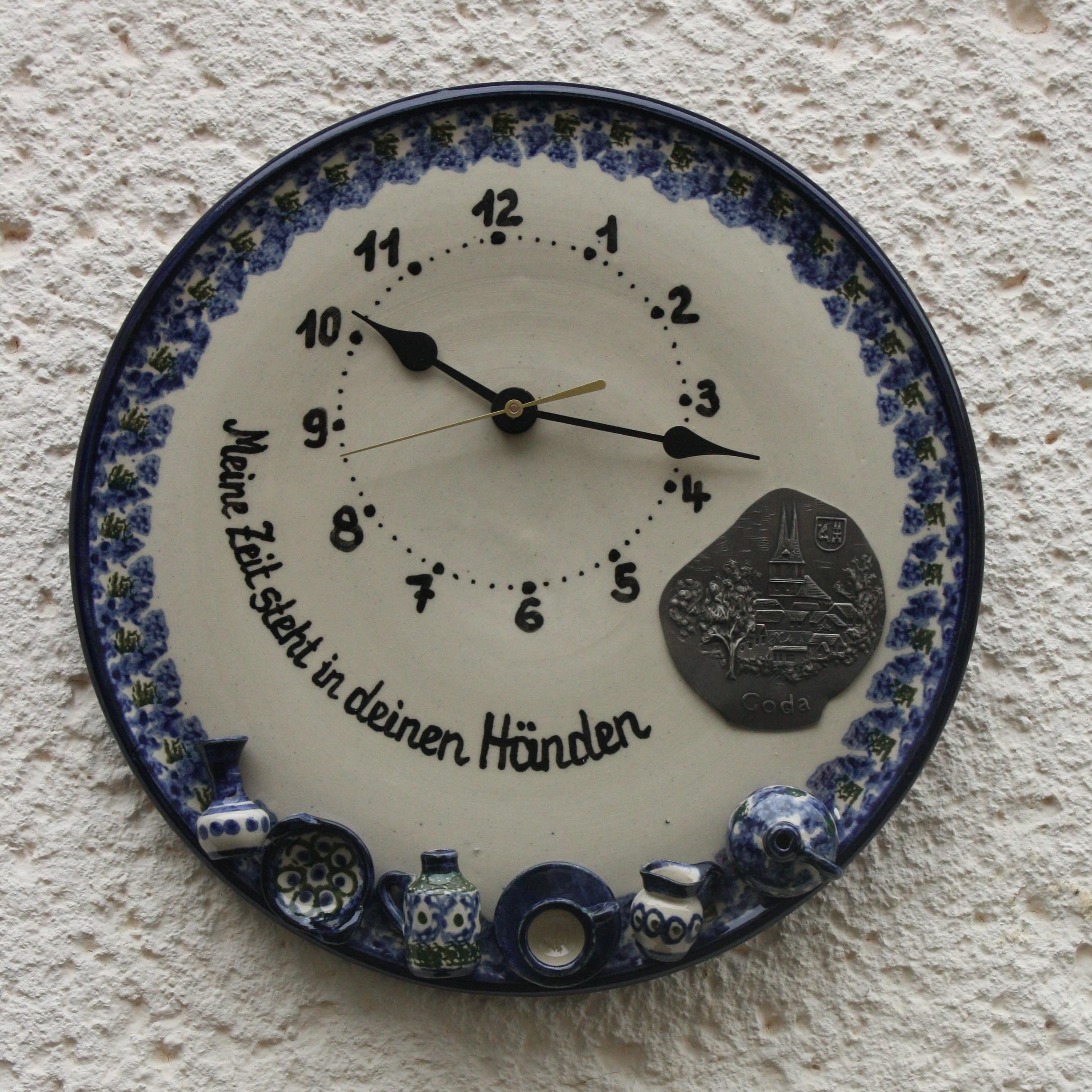 Uhr mit Schrifzug und Zinnronde